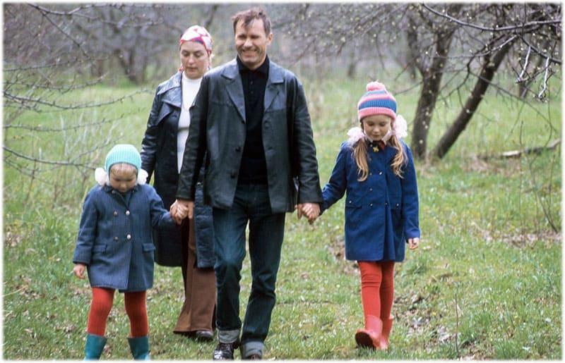 Василий Шукшин с Лидией Федосеевой и двумя дочерьми