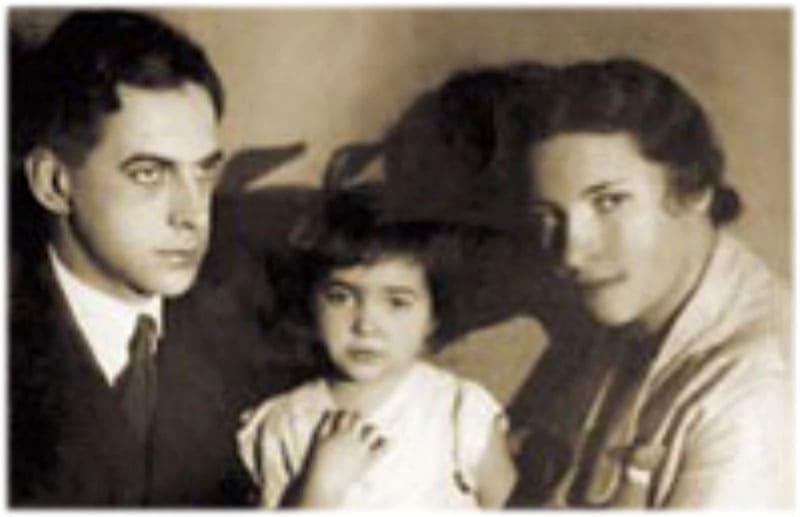 Малышка Агния со своими родителями